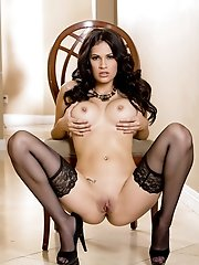 Vanessa Veracruz quickly undresses herself at the hallway